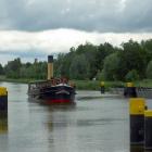 Schiff vor der Schleuseneinfahrt